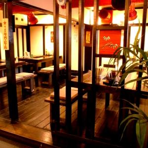 どこかホッと安心するインテリアは、江戸時代の町人街の食事処をイメージしたおしゃれなデザイン。